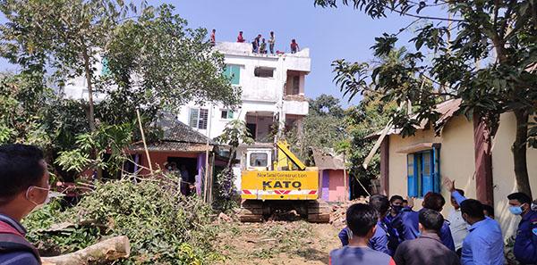 কুমিল্লায় সরকারি রাস্তা দখল করে ৩ তলা ভবন নির্মাণ :অবশেষে উচ্ছেদ
