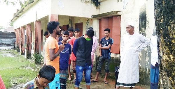 পটুয়াখালীর মহিপুর মোয়াজ্জেমপুর সিনিয়র মাদ্রাসার মাঠে আবারো চালু হলো ছাত্রদের নিয়মিত ফুটবল খেলা