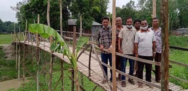 সিরাজগঞ্জ উল্লাপাড়ায় দুই গ্রামের মানুষের যাতায়াতের একমাত্র ভরসা বাঁশের সাঁকো